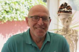 Mallorca Ärzte Dr. Marco Seita Orthopäde und Sportmediziner Porträt mit Skelett