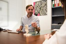 Mallorca deutsche Ärzte Dr. Sven Fischer Orthopäde Unfallchirurg Palma de Mallorca Schreibtisch