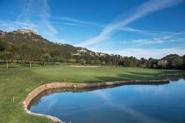 Mallorca Golf Canyamel See blauer Himmel