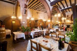 Mallorca Restaurants Inca Celler Can Ripoll Gastraum beleuchtet