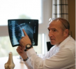 Mallorca Ärzte Dr. Marco Seita Orthopäde und Sportmediziner mit Röntgenbild